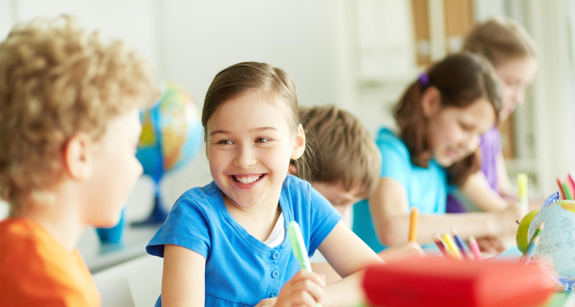 Copii in clasa la grupa de incepatori la limba engleza