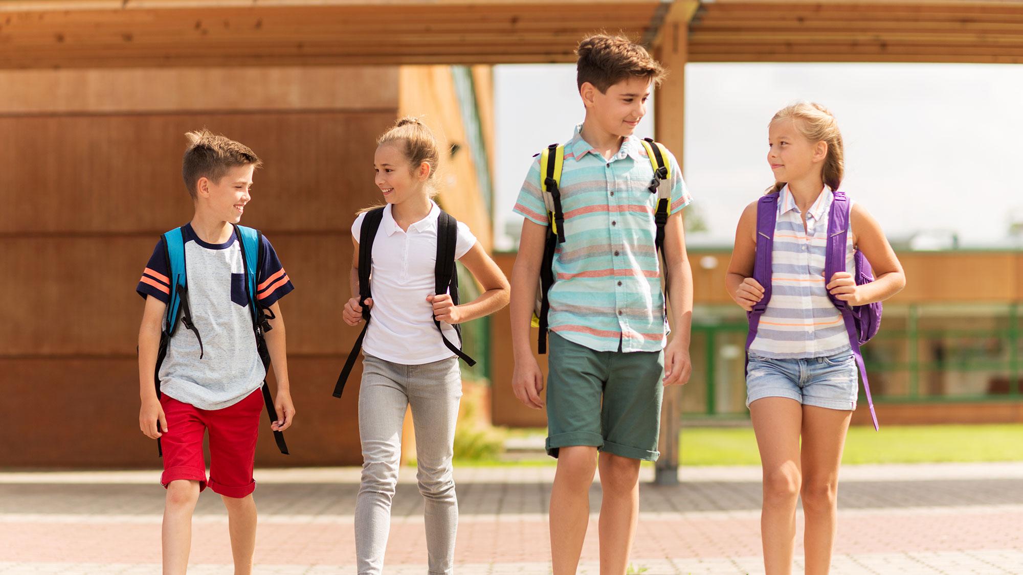 Patru adolescenti conversand in limba engleza
