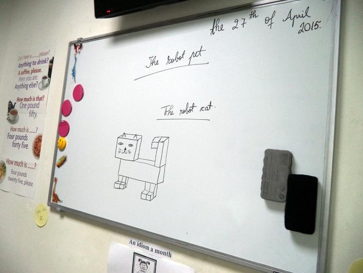 Whiteboard cu reprezentarea grafica a unei pisici si text in limba engleza