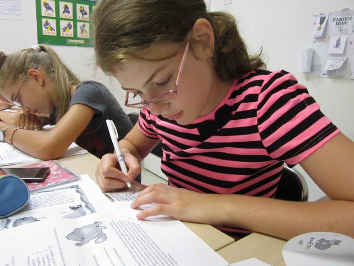 Fete care rezolva exercitii la pregatirea pentru examenul Cambridge B2 First