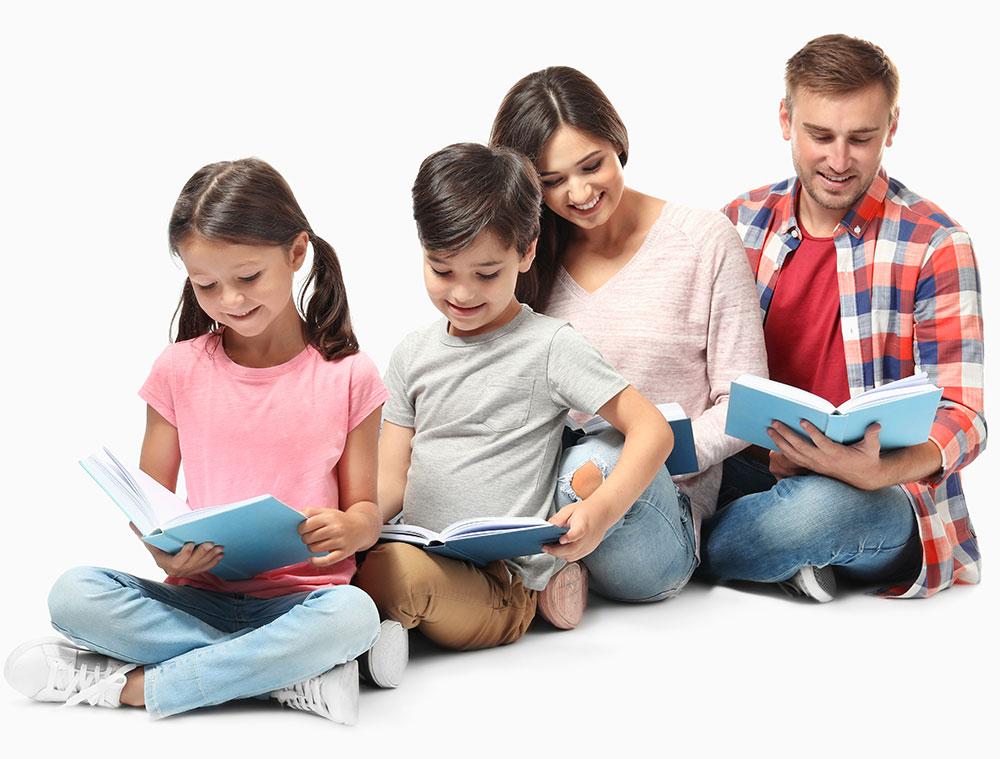 Adulti si copii zambind si citind carti de limba engleza