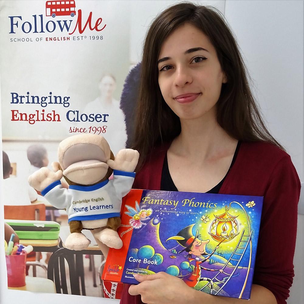 Profesoara de limba engleza cu o carte colorata