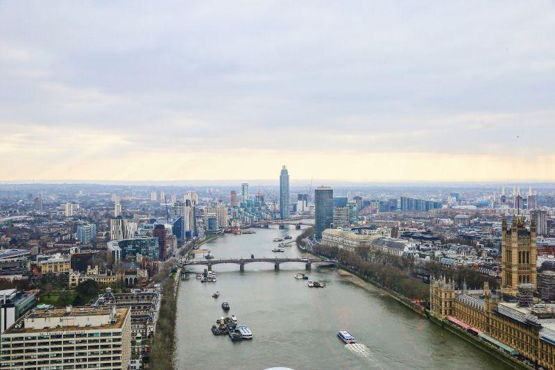 Vedere de sus asupra unei parti a Londrei, cu Tamisa in centru