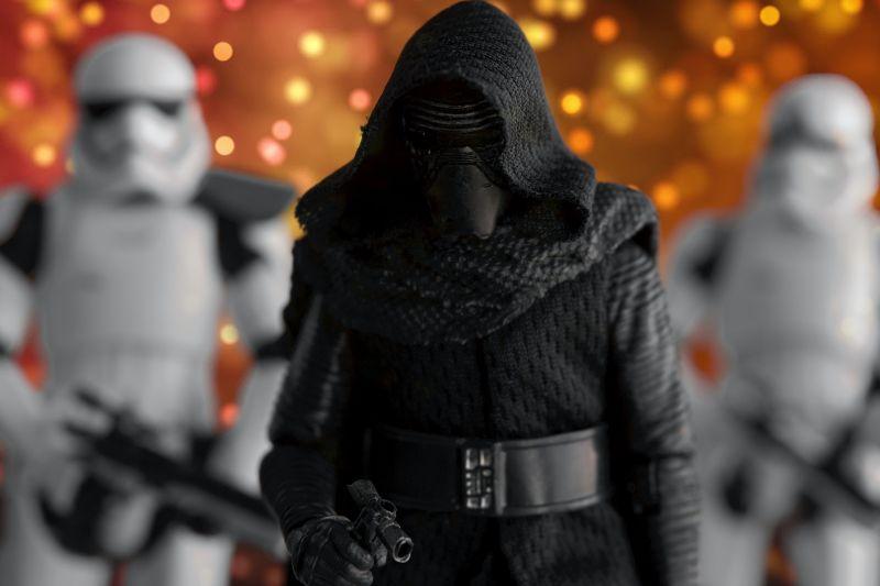 Personaje din Star Wars pe fundal luminos cu stele galbene si portocalii