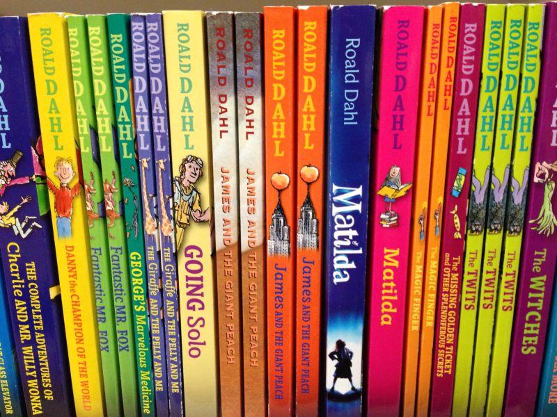 colectie multicolora de carti in engleza pentru copii scrise de Roald Dahl, potrivite pentru a fi citite de incepatori