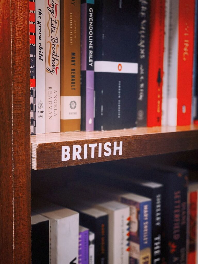 Rafturi de carti in original in limba engleza dintr-o biblioteca din sectiunea literatura britanica