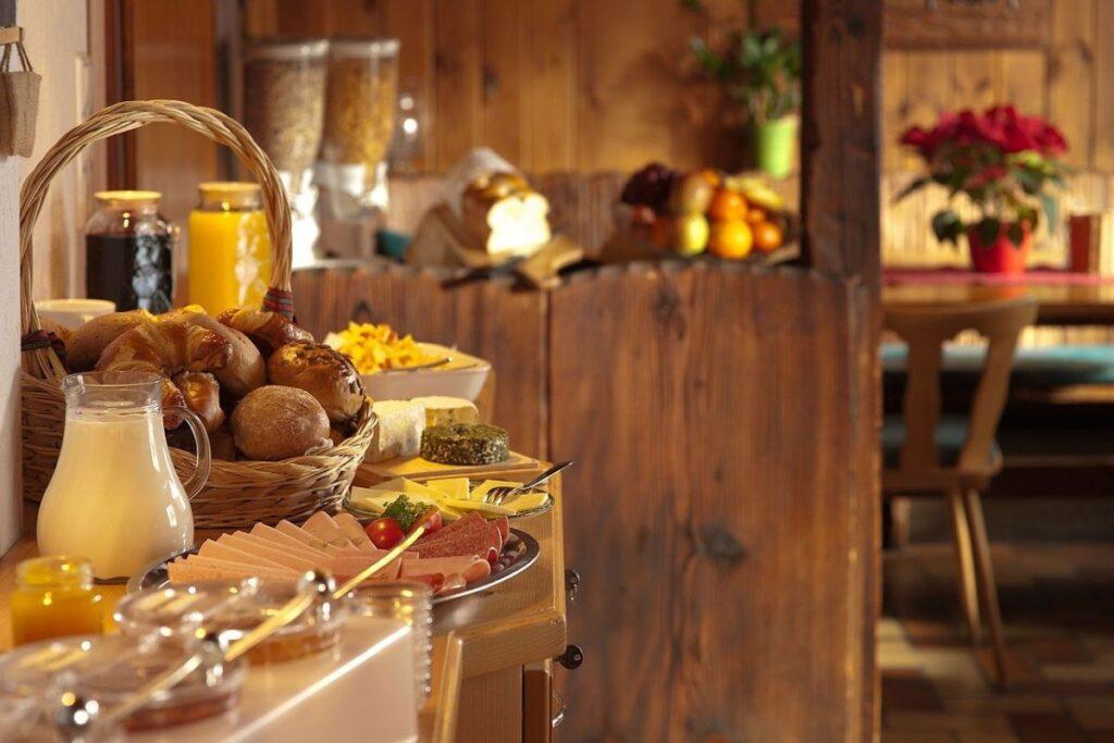 salon de mic dejun cu bufet suedez la hotel