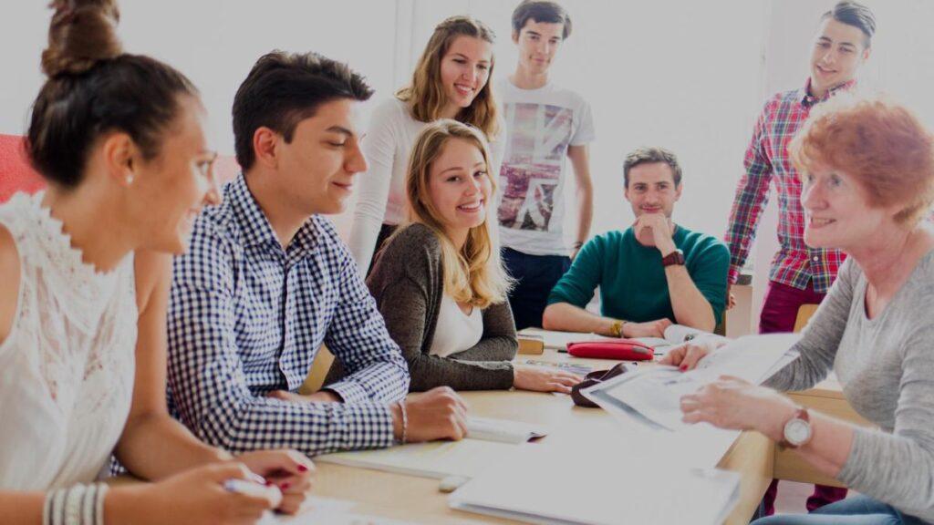 Grupa de limba engleza cu cursanti adulti in clasa