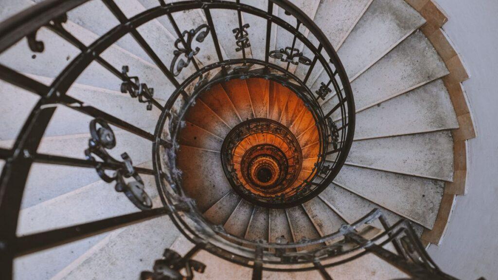 scara in spirala cu balustrada de fier forjat privita de sus