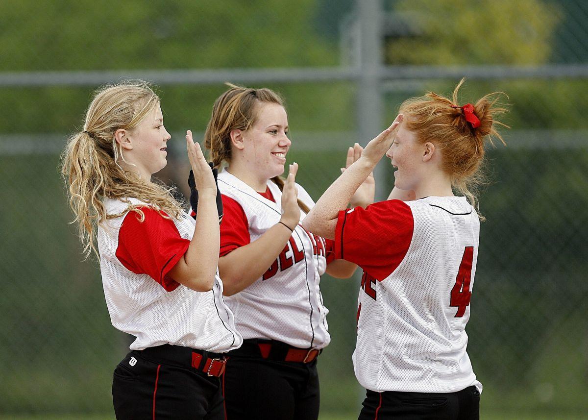 3 fete adolescente coechipiere la fotbal bucuroase ca au reusit ceva impreuna bat palma
