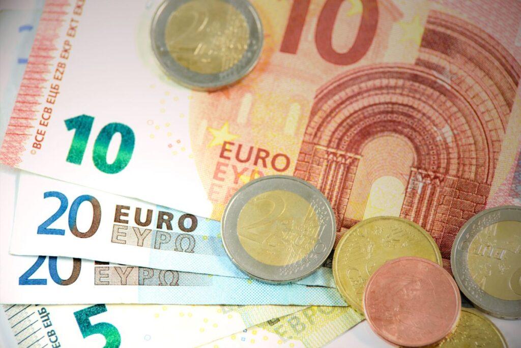 bancnote si monede euro de diferite valori