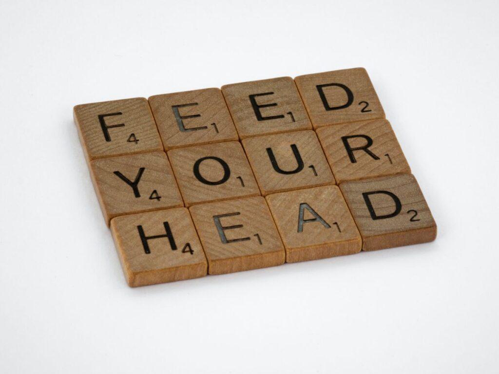 piese de scrabble din lemn din care sunt formate cuvintele feed your head