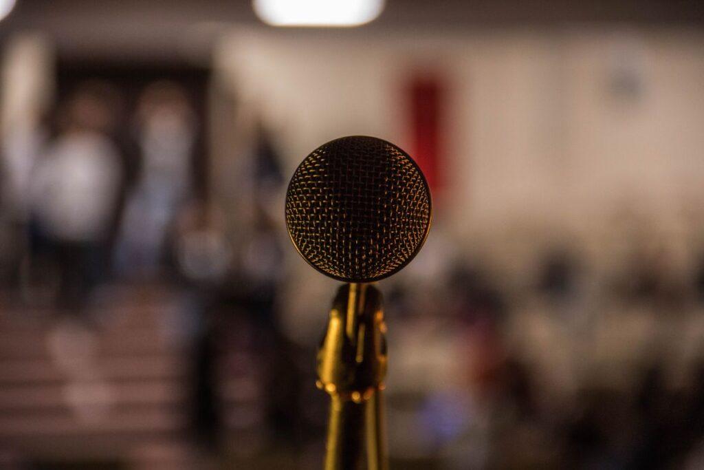 microfon in prim plan cu fundal maro blurat