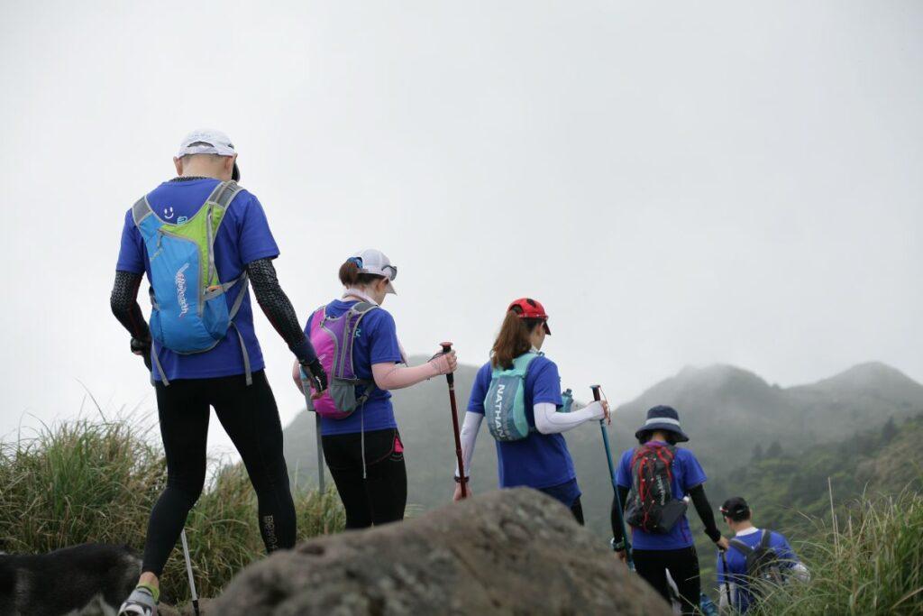 elevi de gimnaziu merg in drumetie pe munte