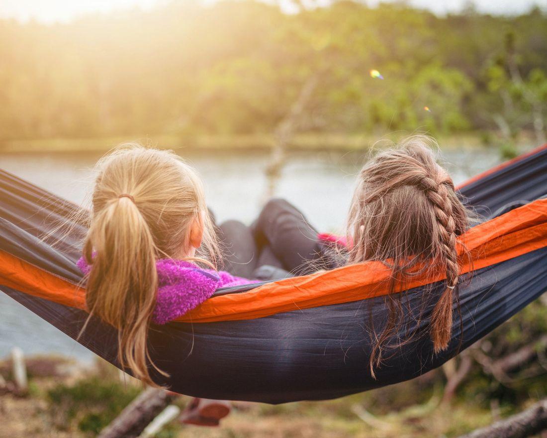 doua fete de gimnaziu petrec timp in natura in afara scolii