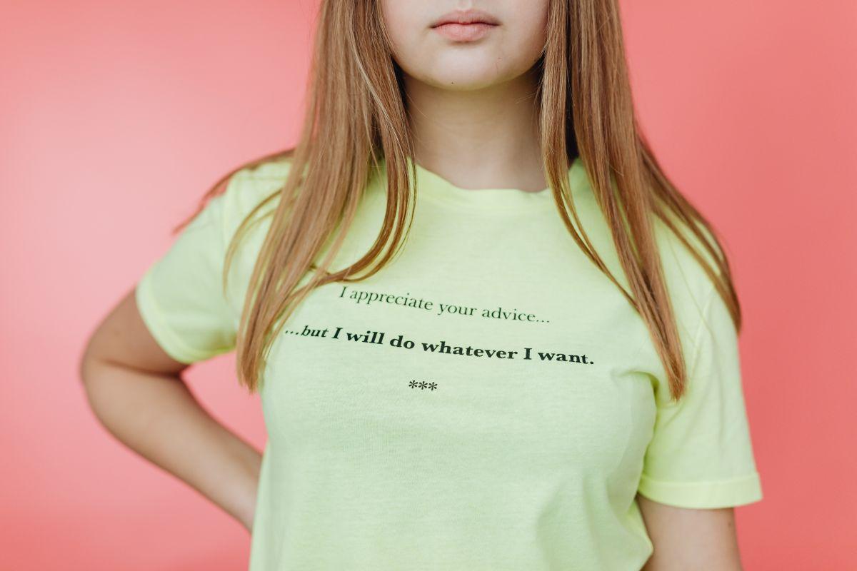 tanara ce poarta un tricou de culoare deschisa cu un mesaj amuzant in limba engleza